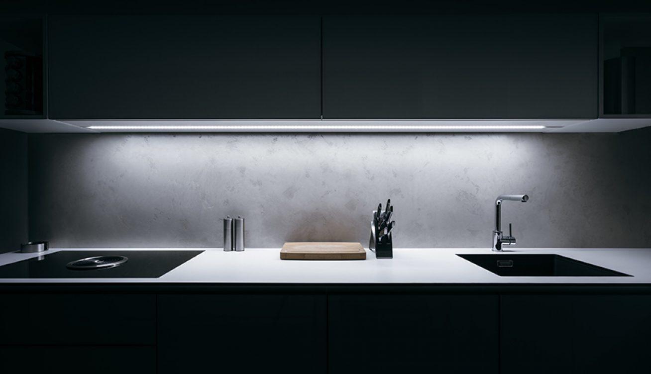 Une cuisine noire avec un mitigeur évier bec L